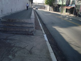Calçada irregular na quadra da igreja da Penha